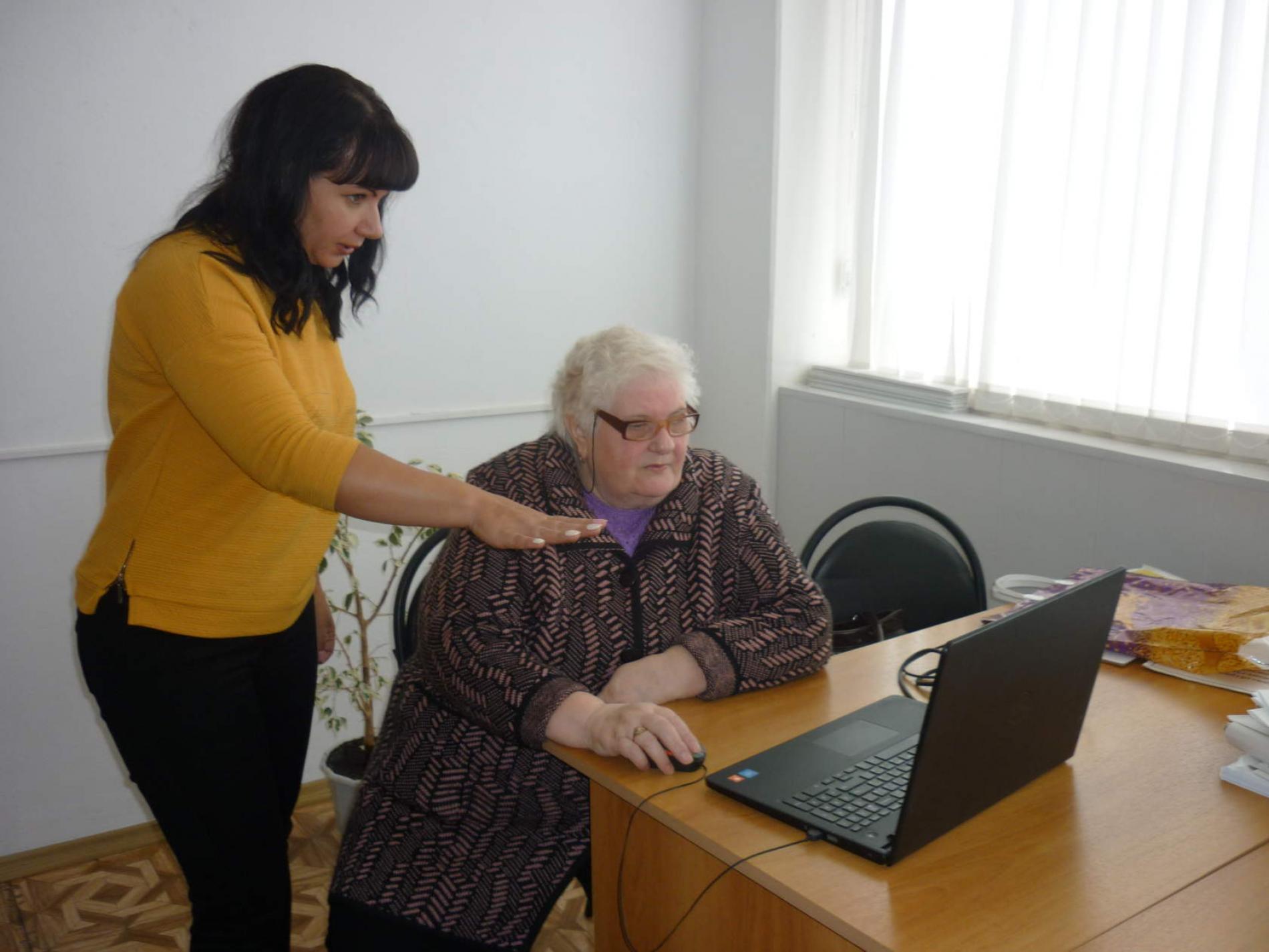 Где людям пожилого возраста можно бесплатно пройти обучение компьютерной грамотности?